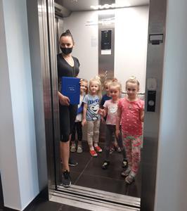 Dzieci w windzie